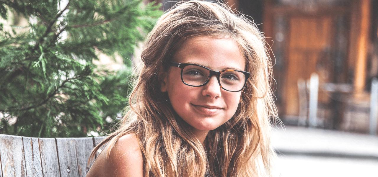 眼鏡をかけた外国の小学生