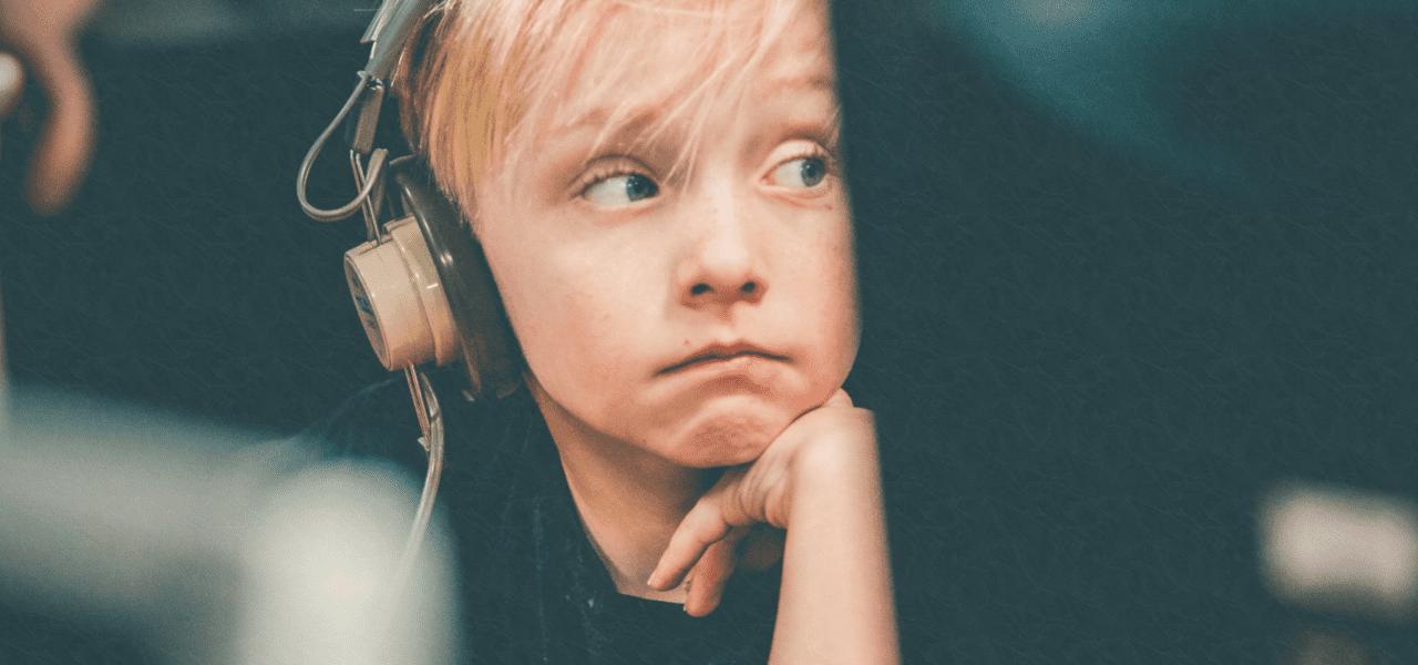 飛行機でヘッドフォンを付けている男の子