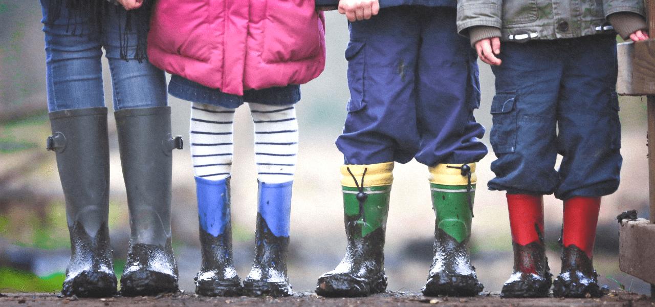 小学生の子供たちの足