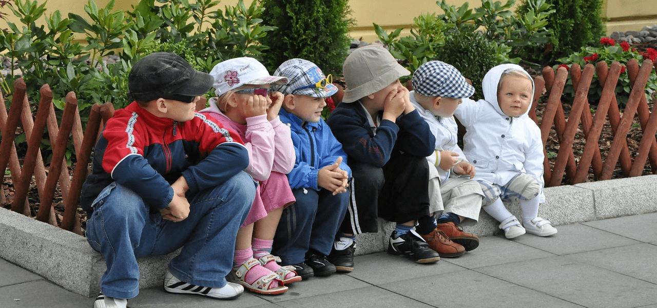 留学を考えて並んで座っている6人の子供のイメージ