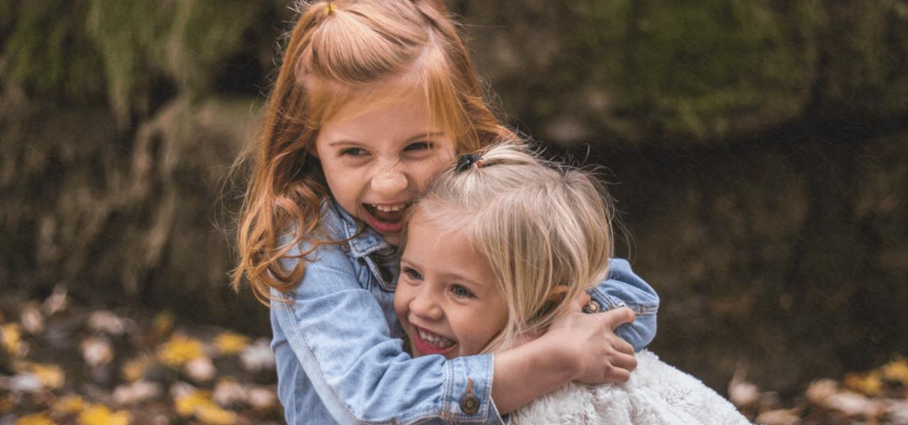 姉妹で抱き合って喜んでいる外国の女の子
