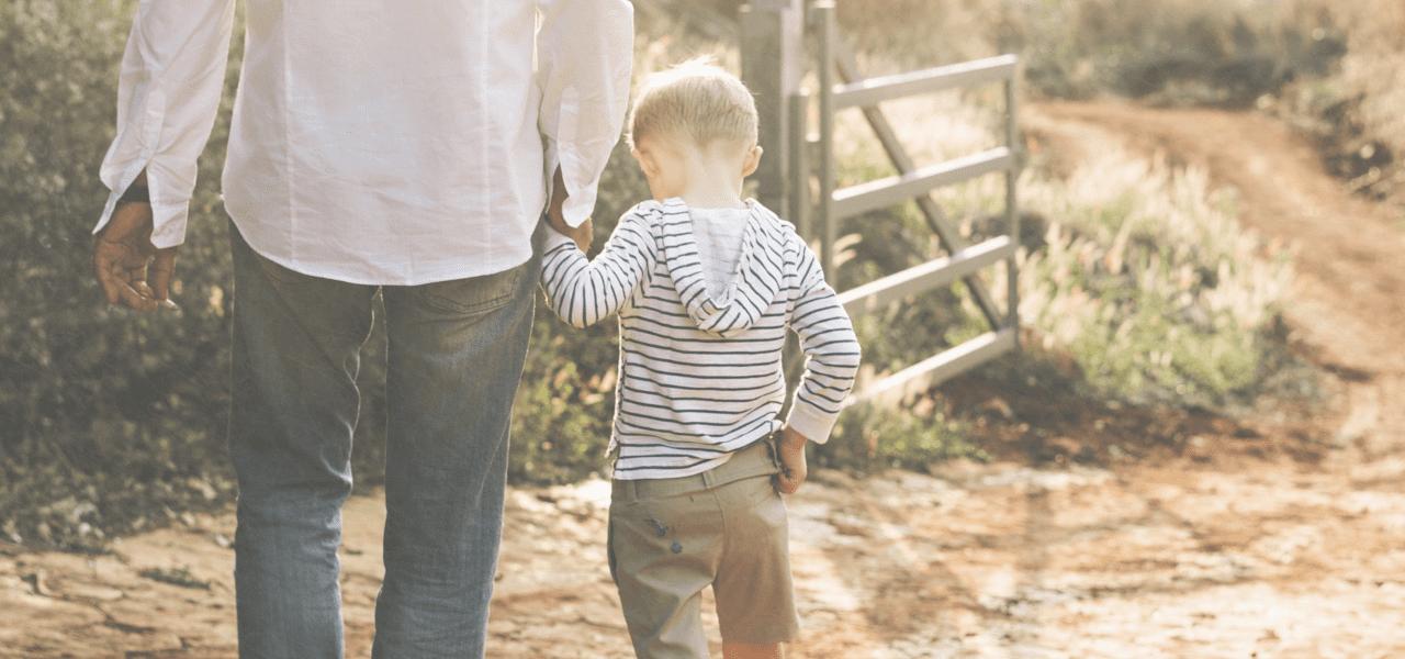 お父さんと歩く息子