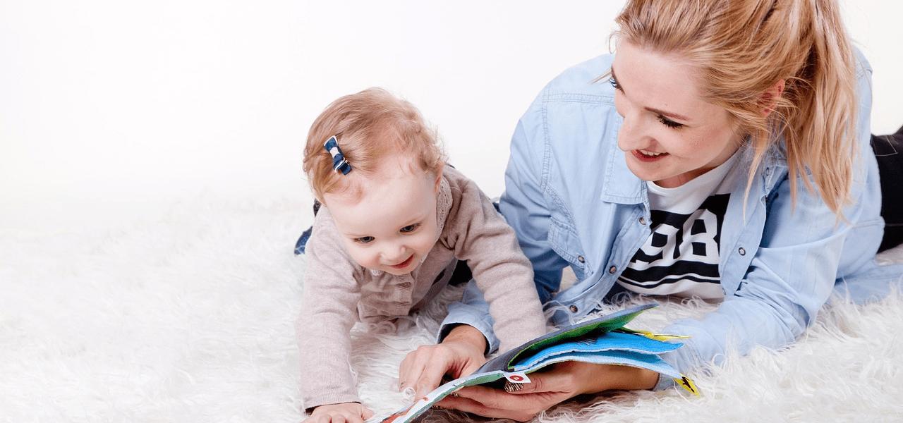 子供に英語を教えているシングルマザー