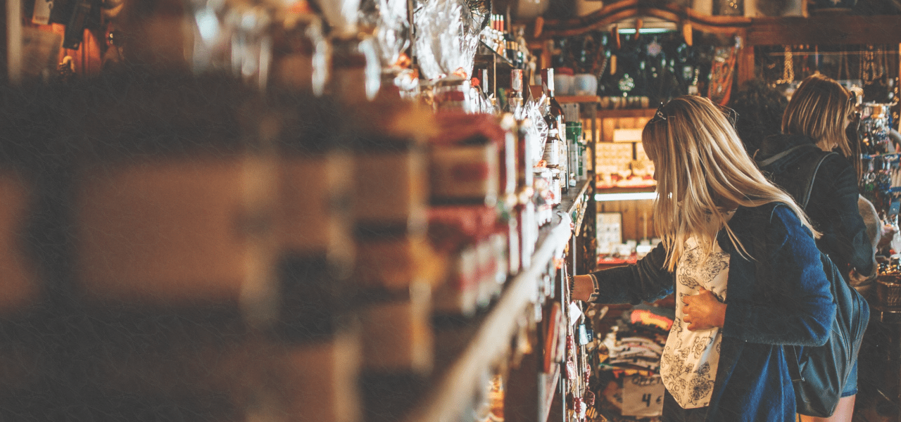 海外で一人で買い物する女性