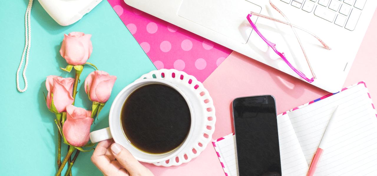 コーヒーを飲みながらブログを書く様子