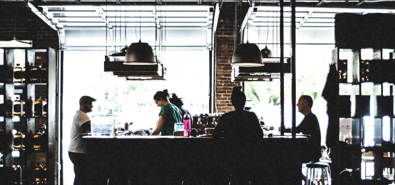 海外のカフェでゆっくりした時間を過ごす外国人