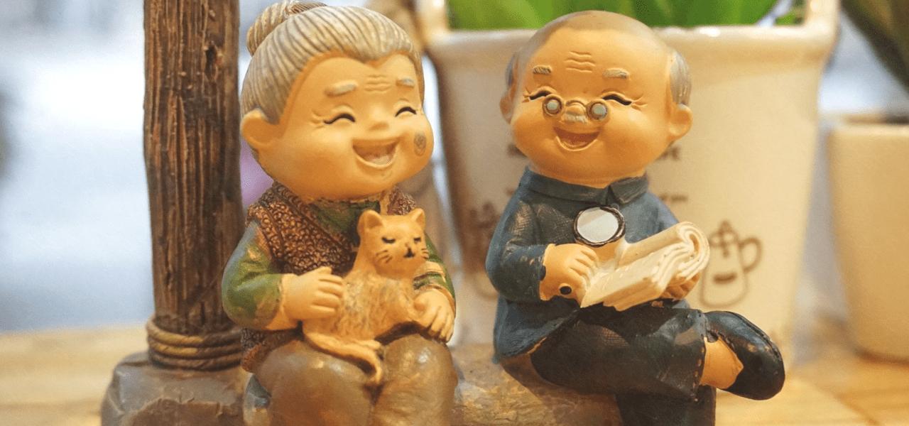 おじいちゃんとおばあちゃんが楽しそうに笑う人形