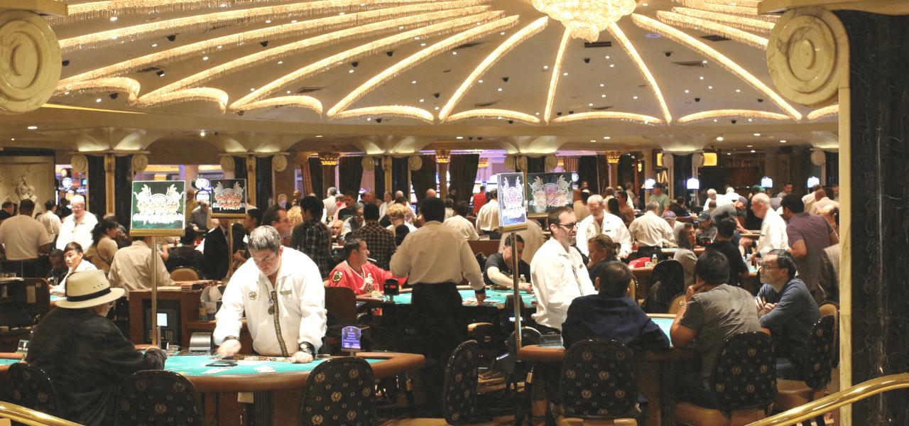 カジノでバカラを楽しむ観光客たち
