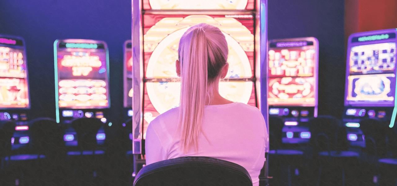 海外のカジノを楽しんでいる外国の女性
