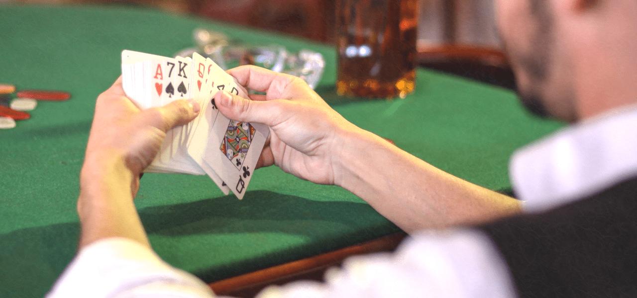 ポーカーをする外国の男性