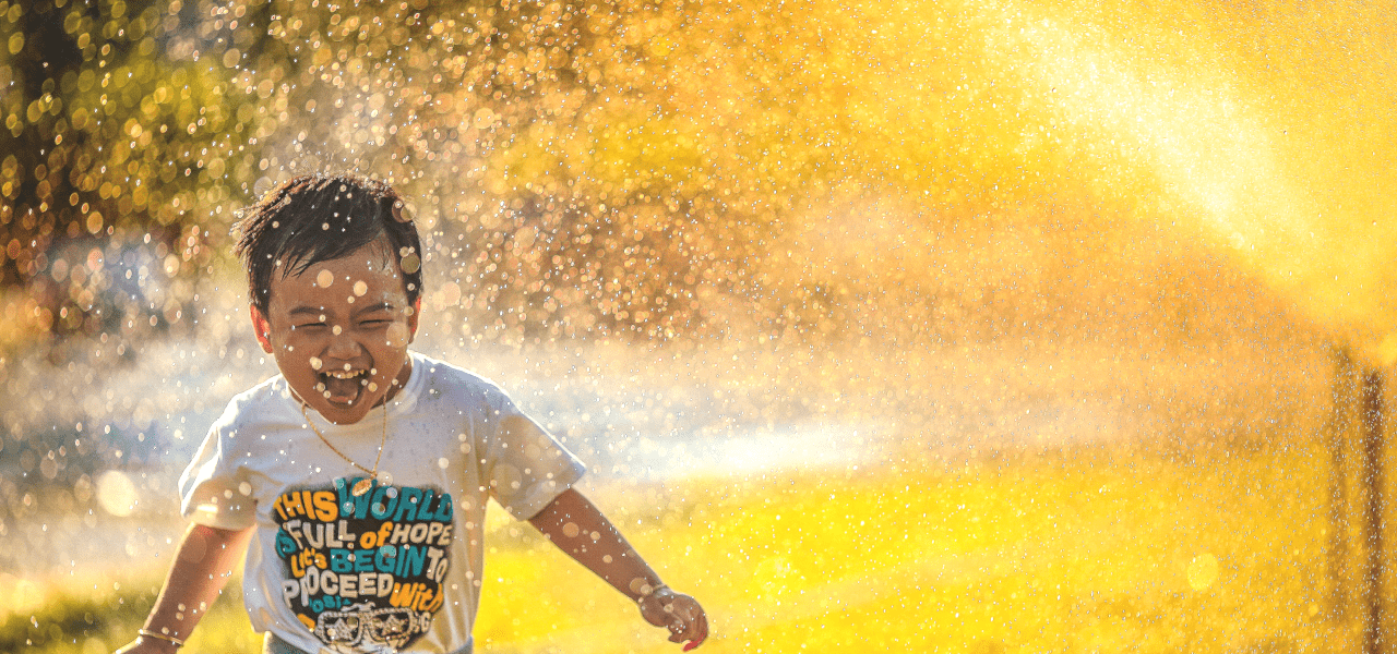 水場で遊ぶ日本の男の子