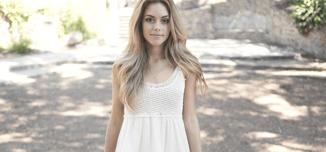 理想的な留学をイメージする白を着た女性
