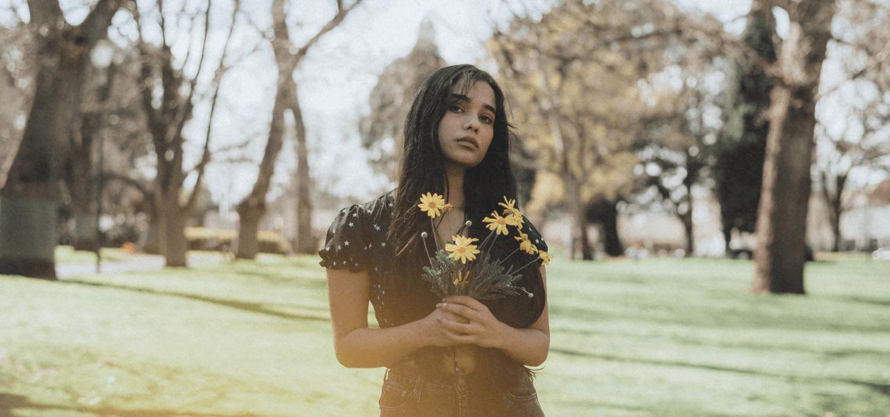 花を持つ海外の女性
