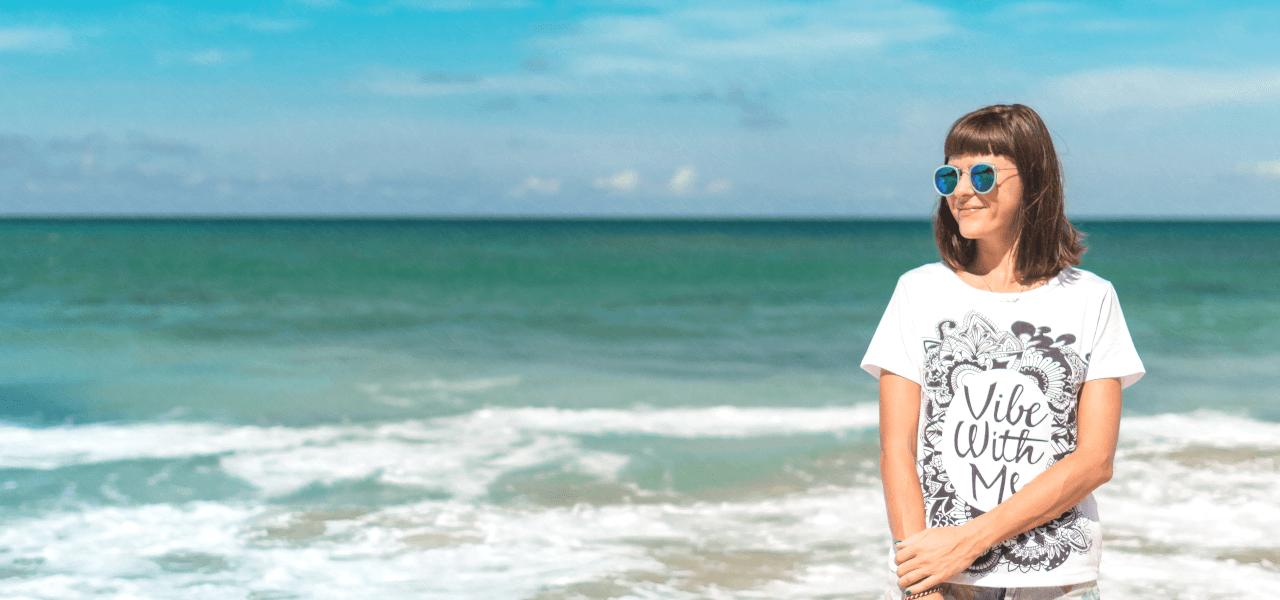 海の横でポーズをとる外国の女性