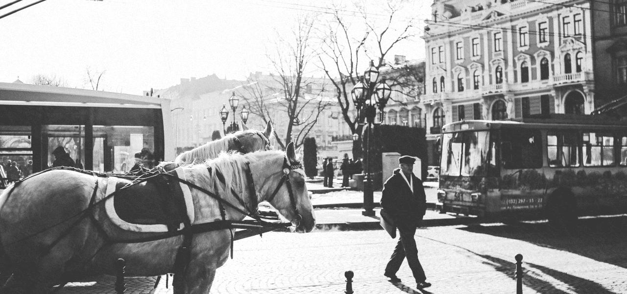 海外の建造物の前の馬車