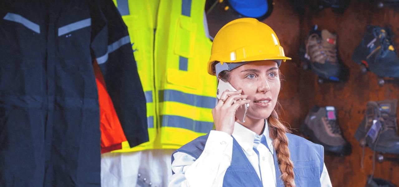 建築現場で電話をする外国人女性