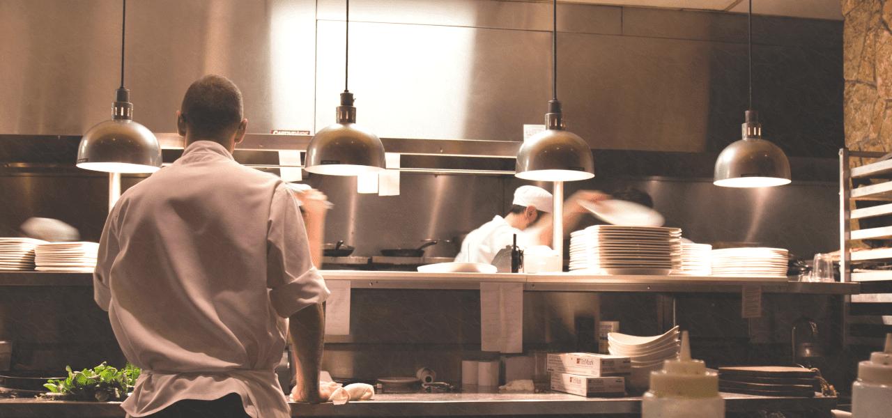 夜遅くまで厨房に残る外国人シェフ