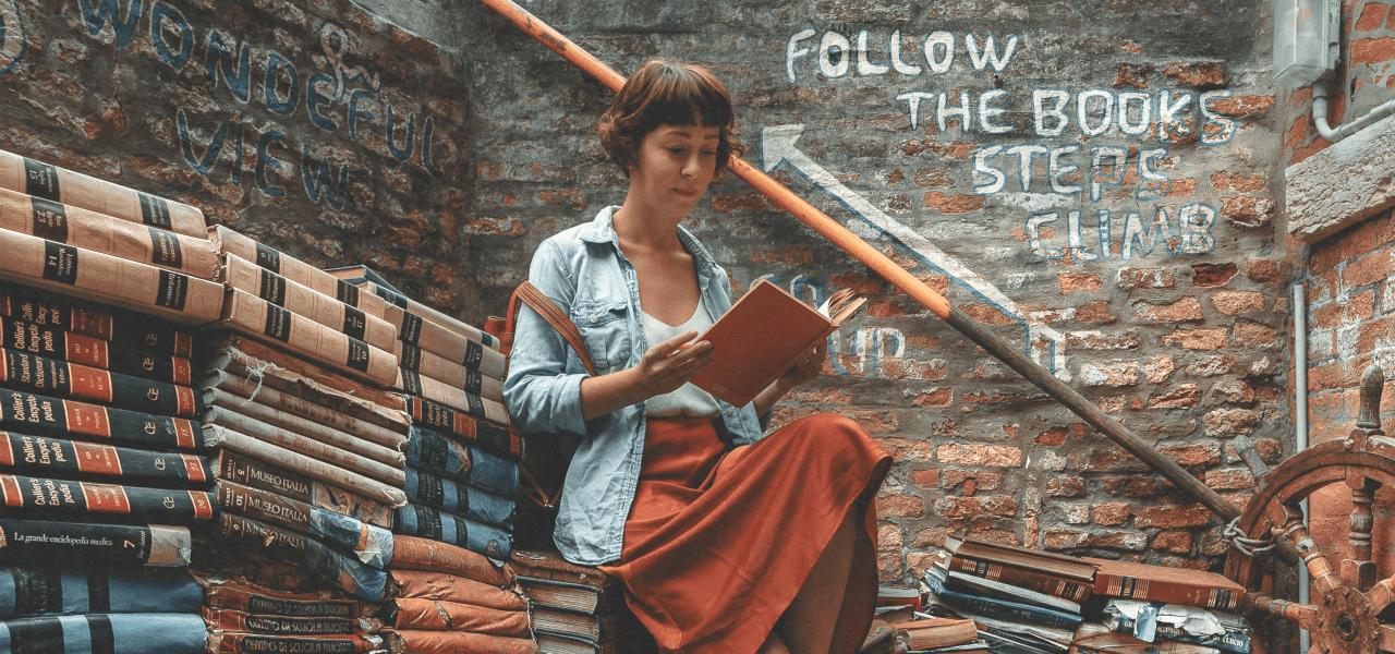 本を読む留学生