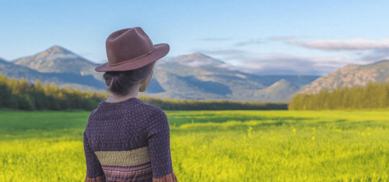 お花畑を眺める海外の女性