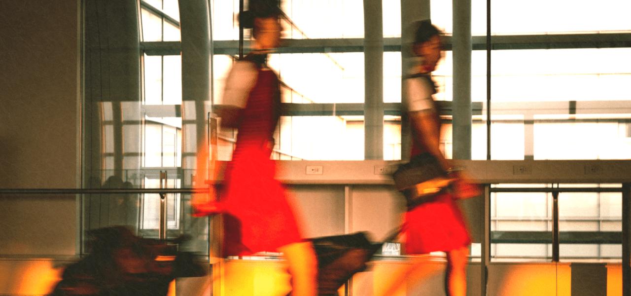 空港を歩くフライトアテンダント(客室乗務員)