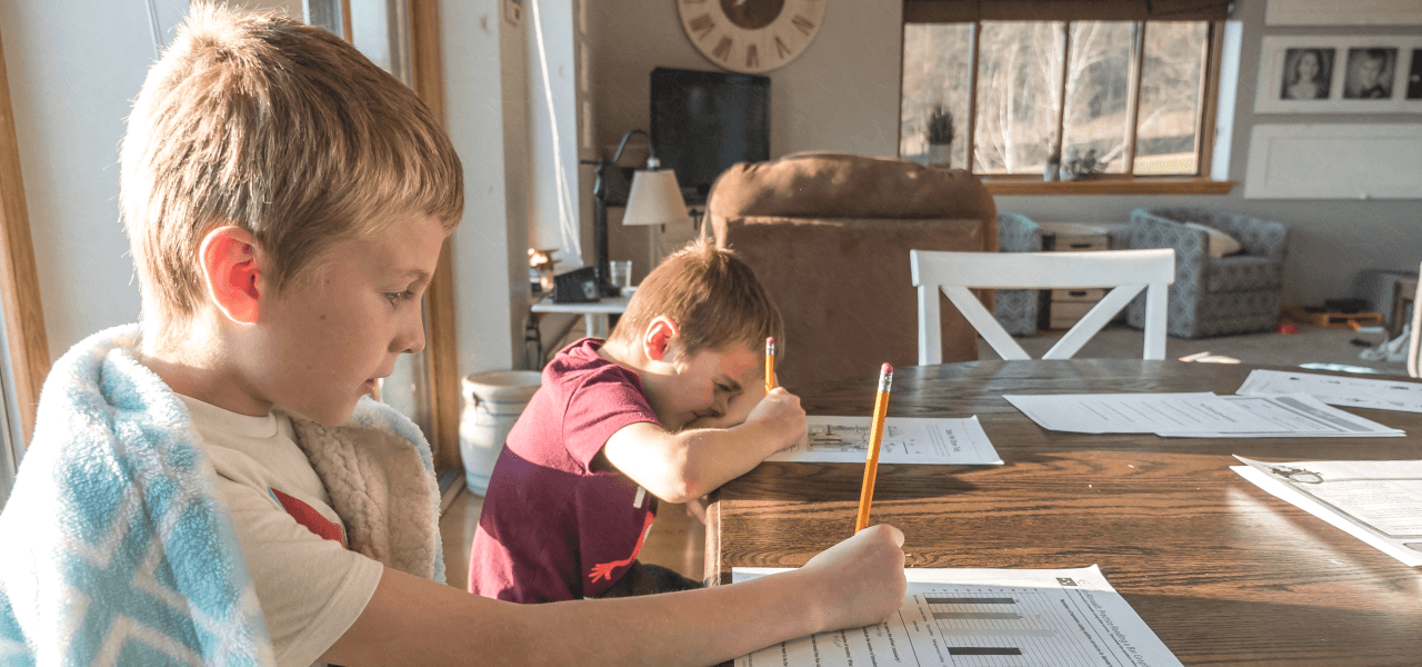 大学進学を目指して勉強する子供たち