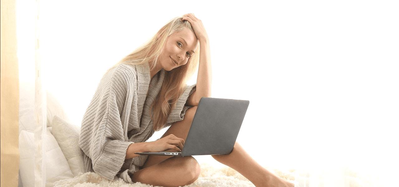 パソコンで持っている海外の女性