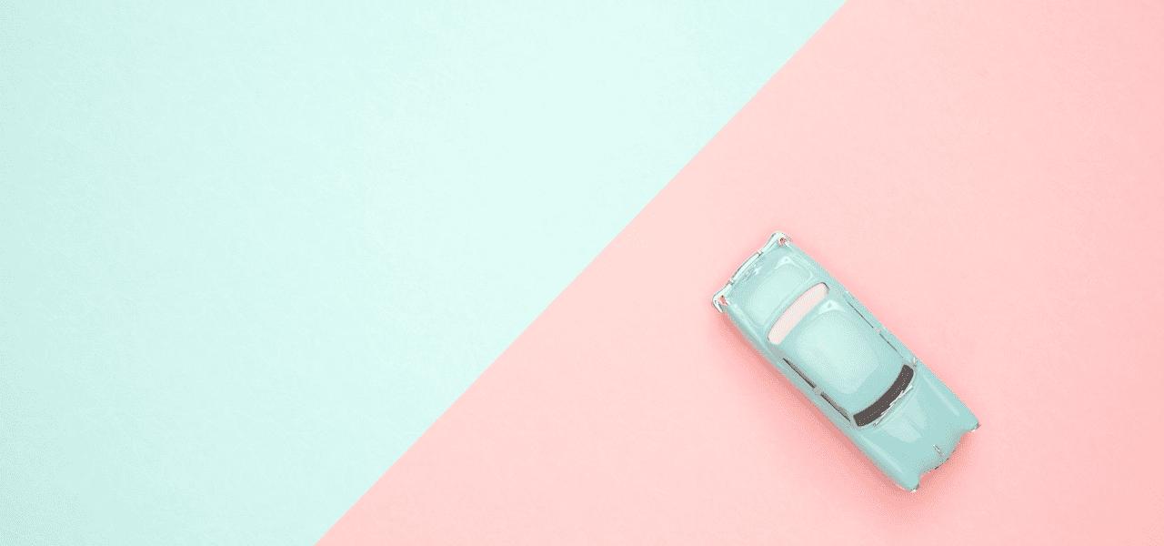 緑からピンクに変更された上を進むバックに車のデザイン
