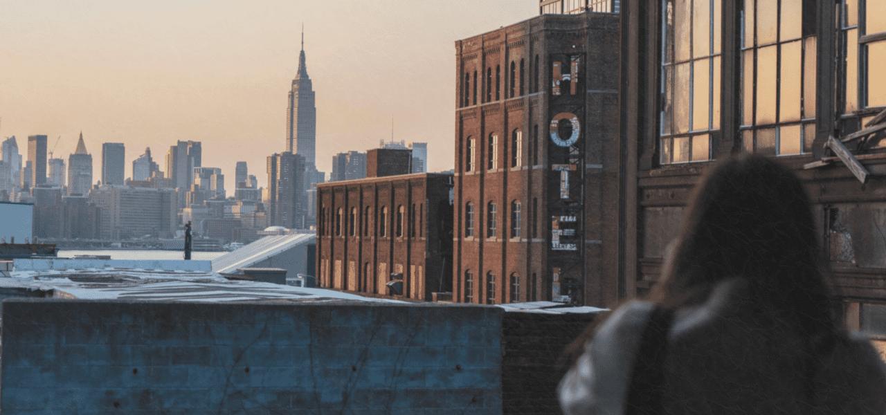 ベランダからホテルを眺める外国の女性