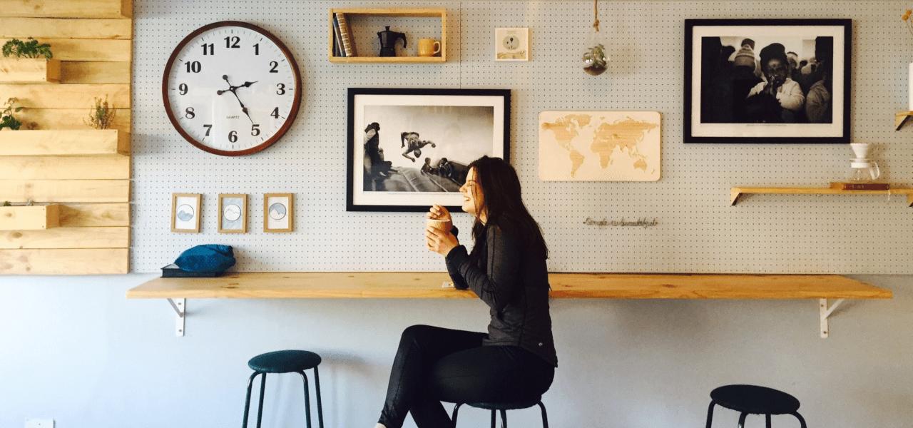 海外のカフェにいる社会人留学生