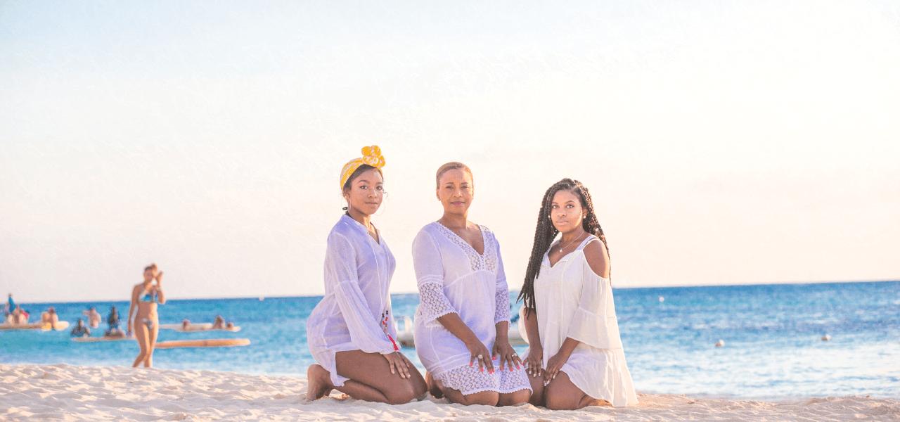 海外の海で座わっている3人の女性