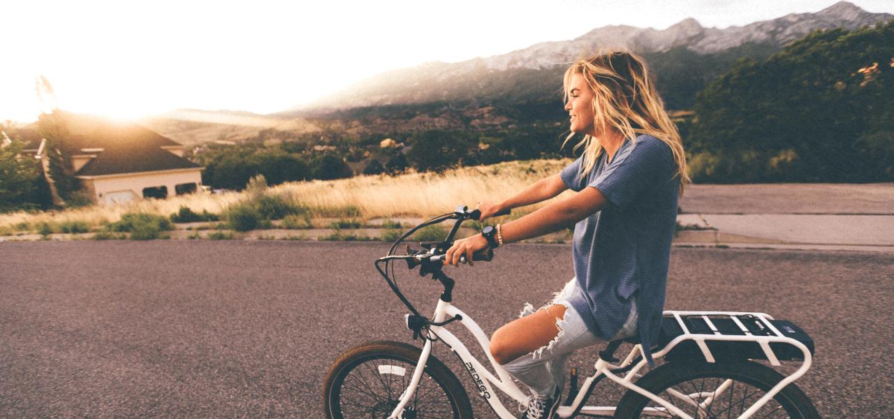 将来のルートへと進もうと自転車を漕ぐ女性
