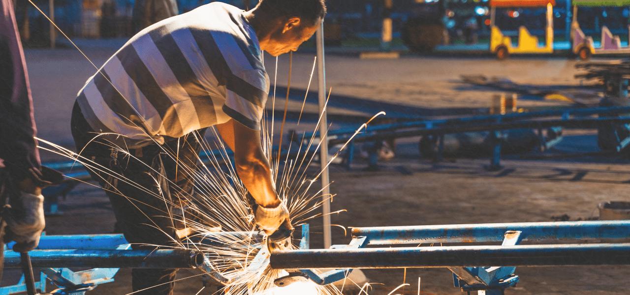 工場で働く海外の男性
