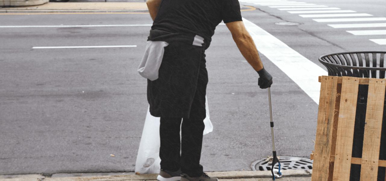 清掃員のお仕事をする海外の男性