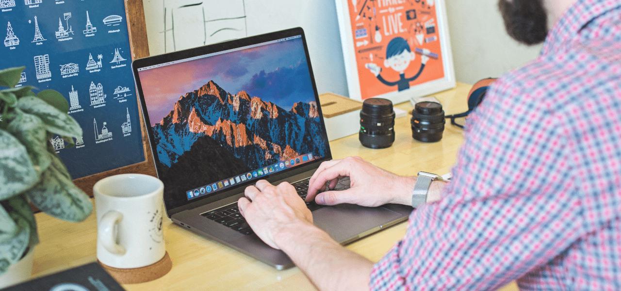 家庭でパソコンを使ってデザインする外国の男性
