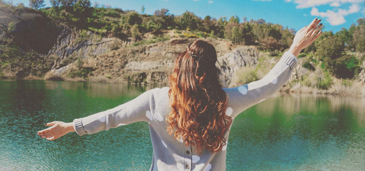 陽の光に自由を感じている女性