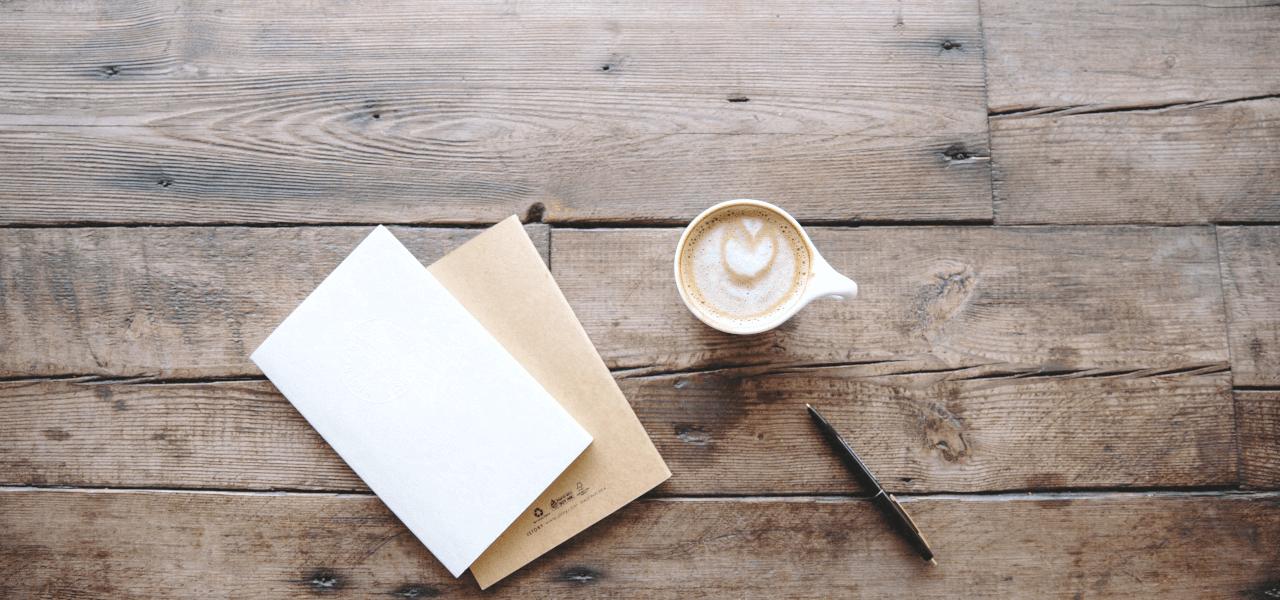 書類とカフェラテ