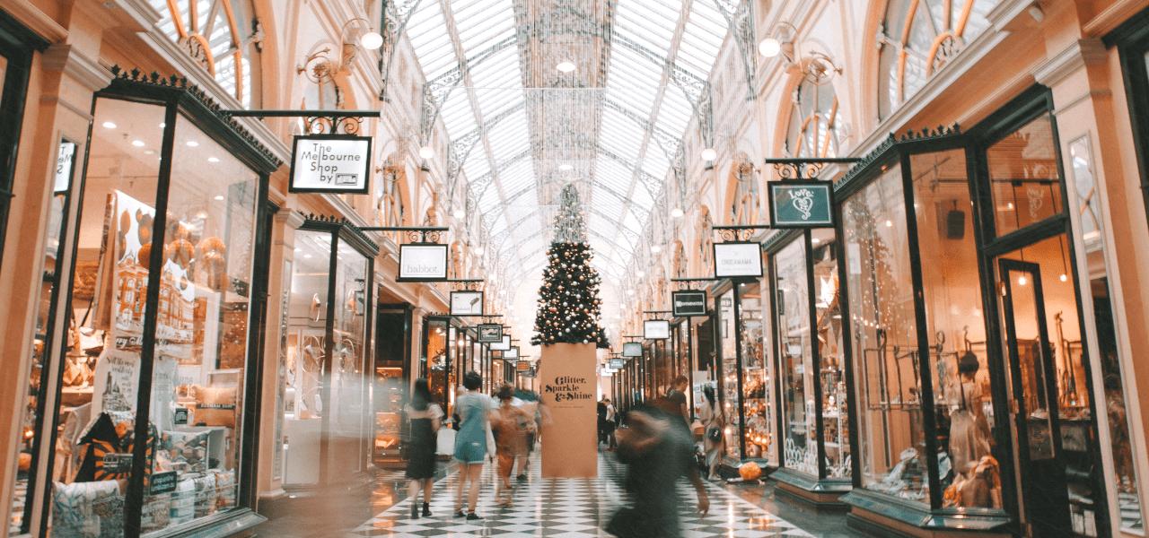 ブランドショップが並ぶショッピングモール