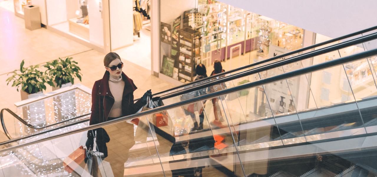 海外でショッピングをするおしゃれな外国の女性