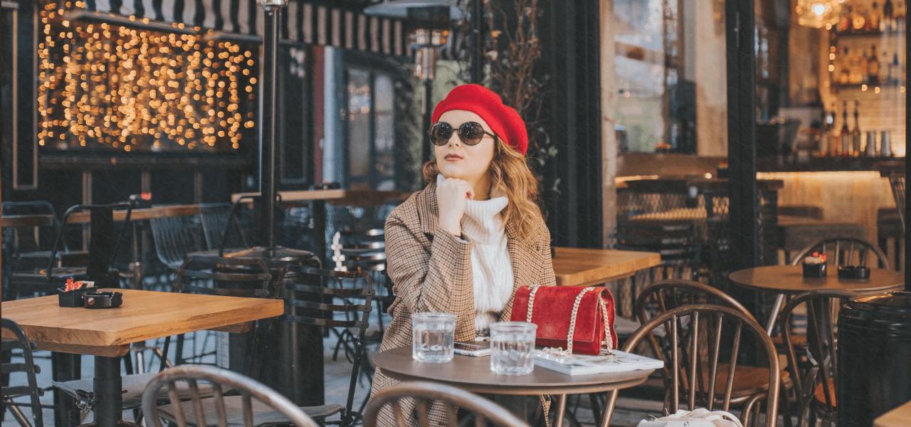 カフェでくつろぐ外国人女性