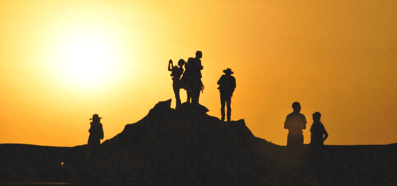 夕焼けの世界遺産を楽しむ旅行者