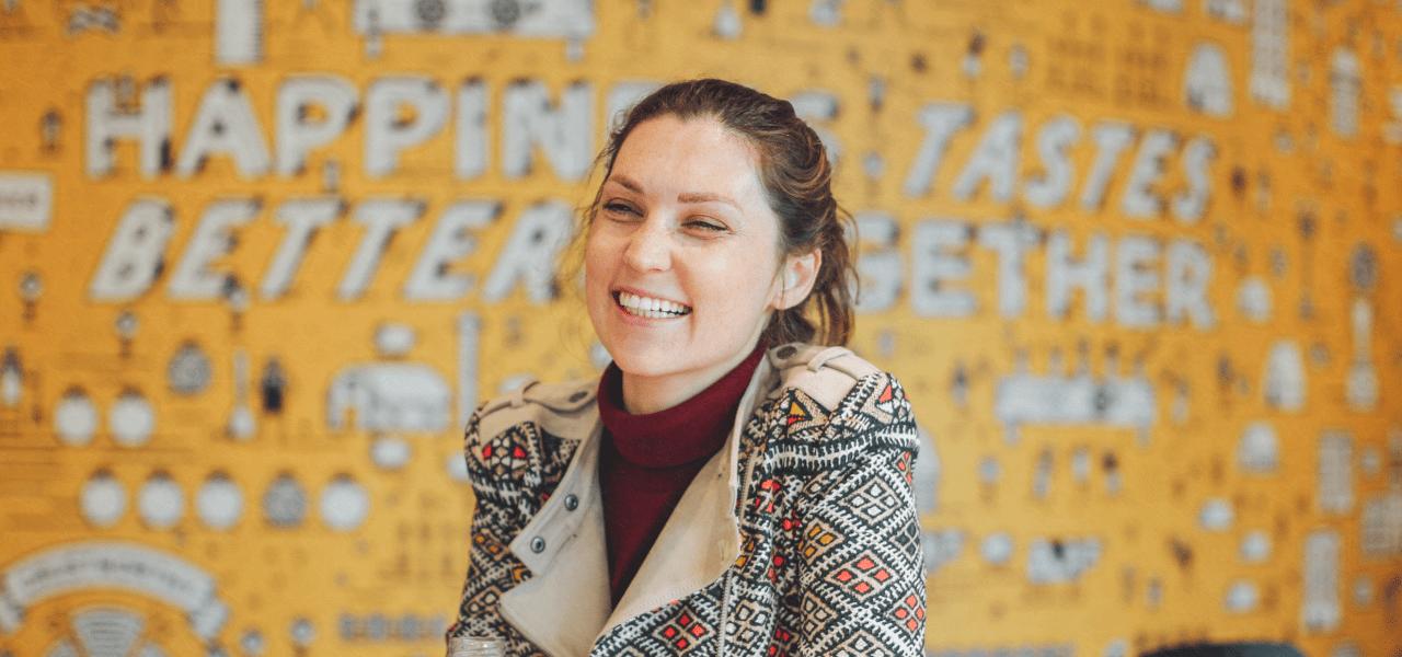 笑顔の海外の女性