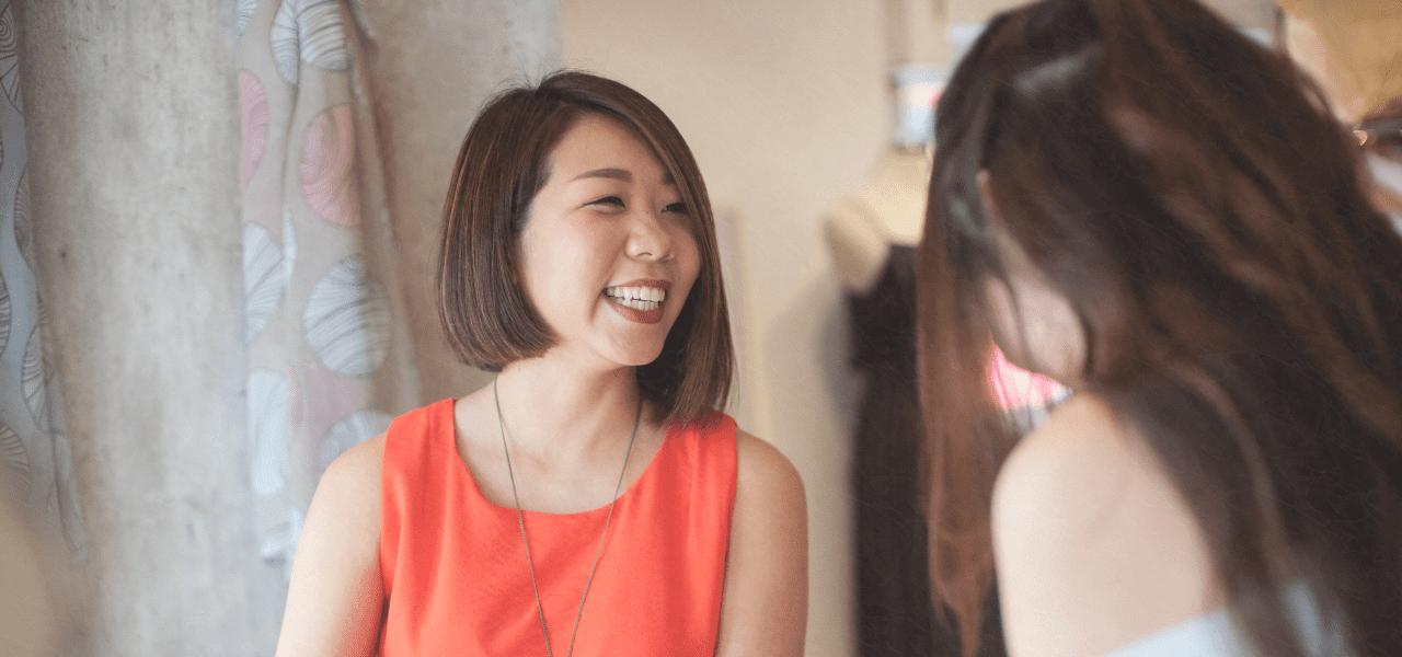 生徒に笑顔で話しかける日本人の先生