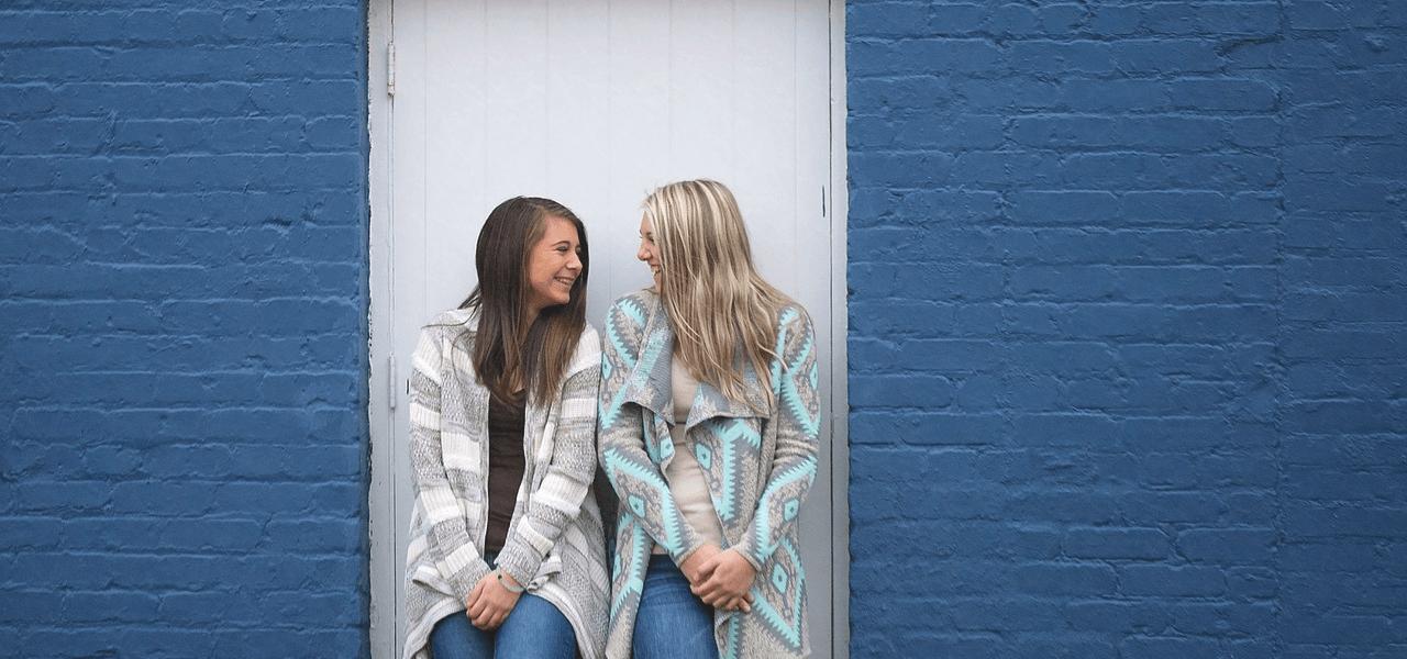 顔を見合わせて笑っている留学生の女の子たち