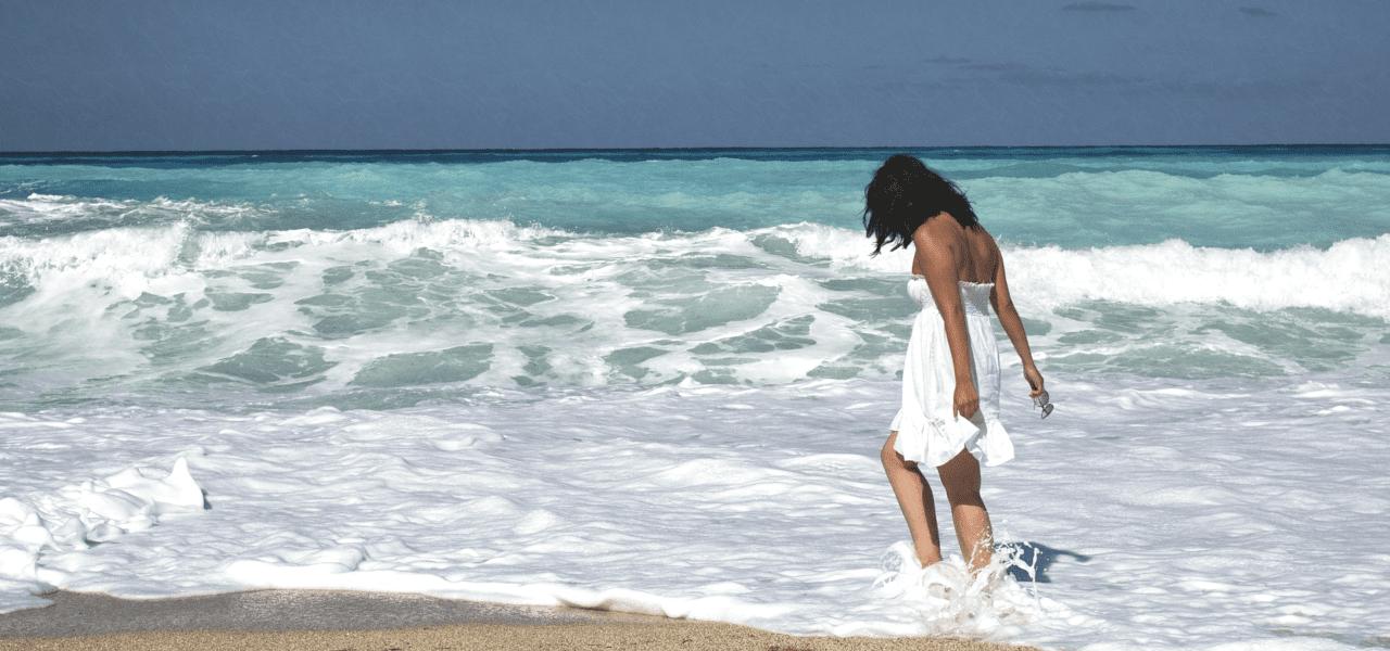 海外の海で遊ぶ女性