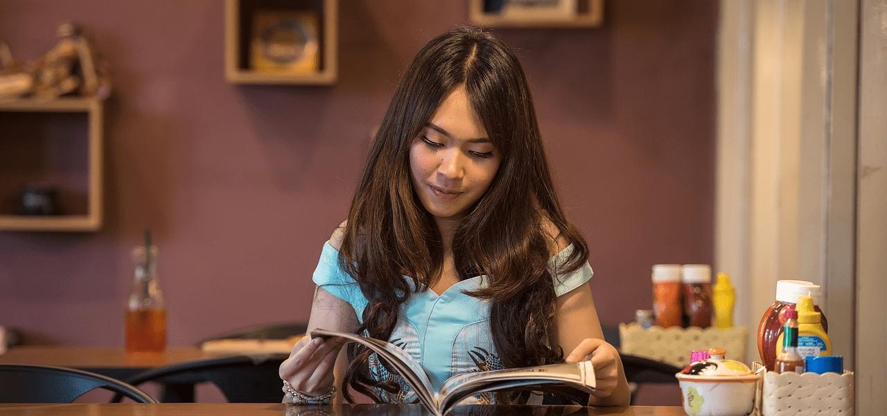ホームステイ先で読書をする留学生