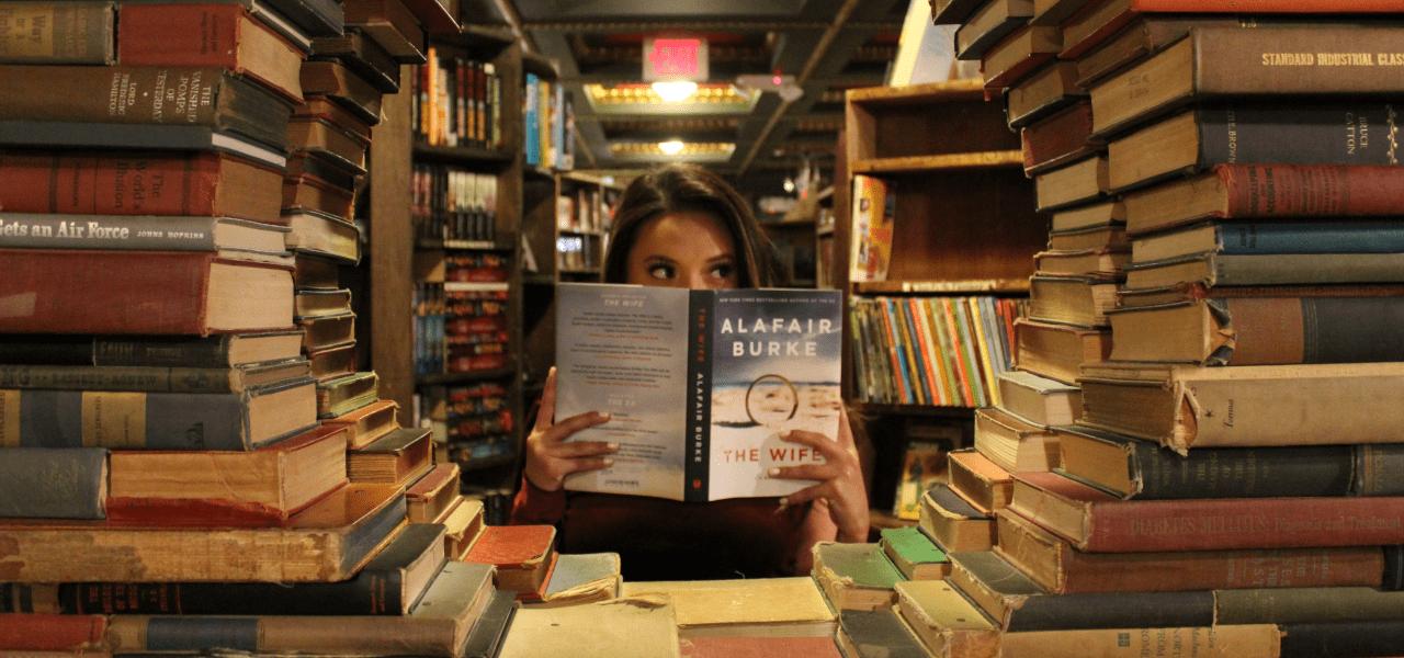 本に囲まれた女性
