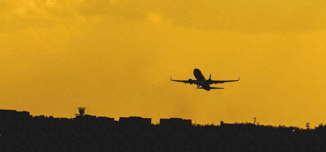飛行機で留学に飛び立つ様子