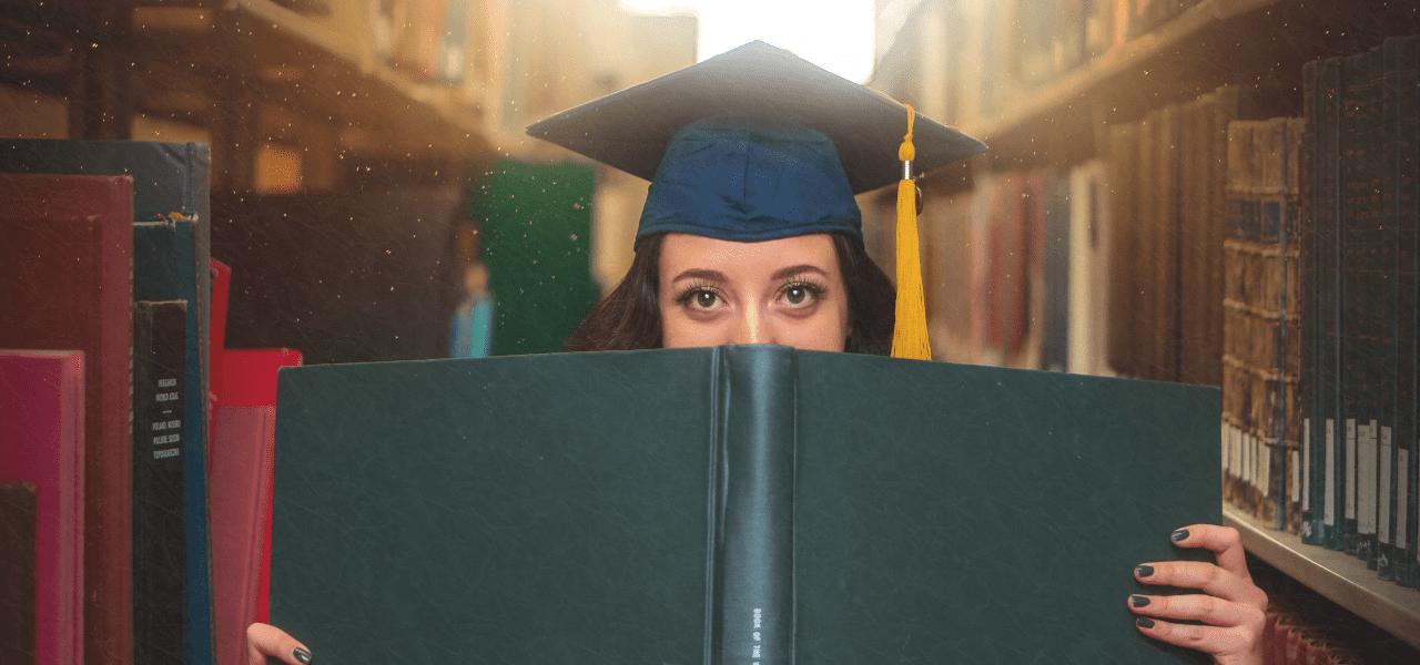 勉強する海外の女子大生