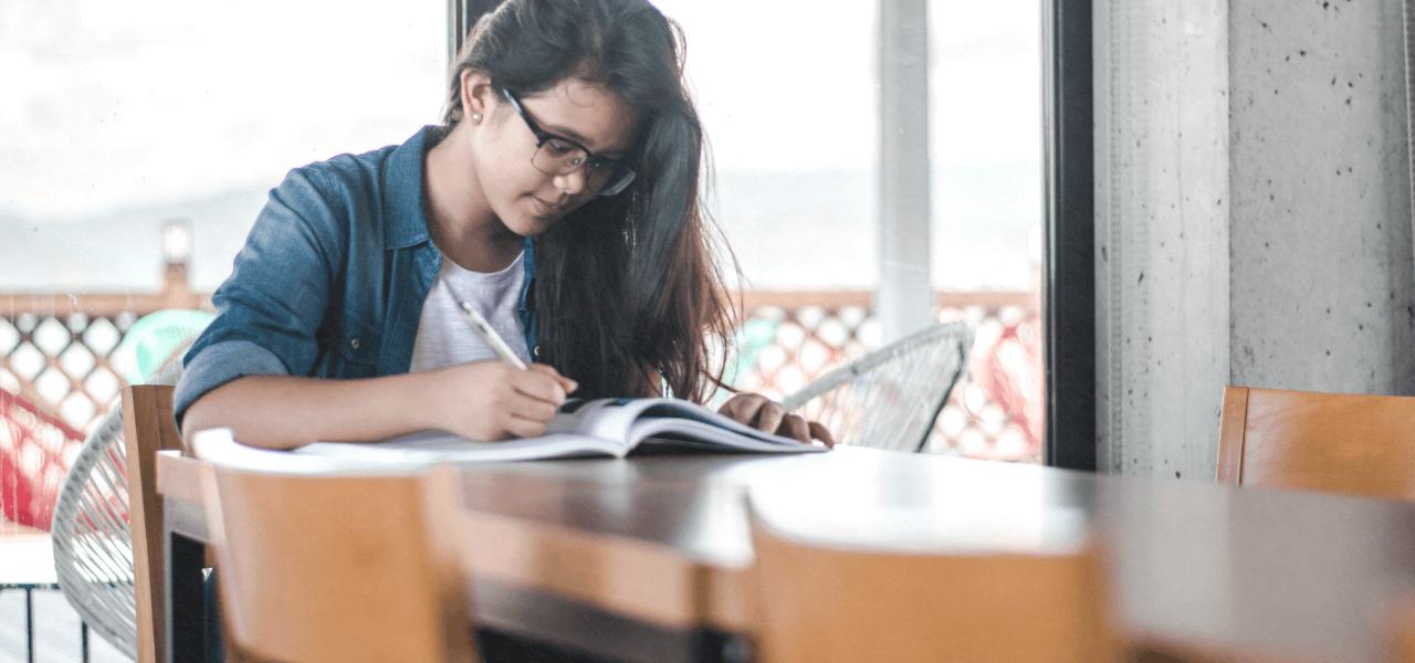 勉強している留学生の女の子
