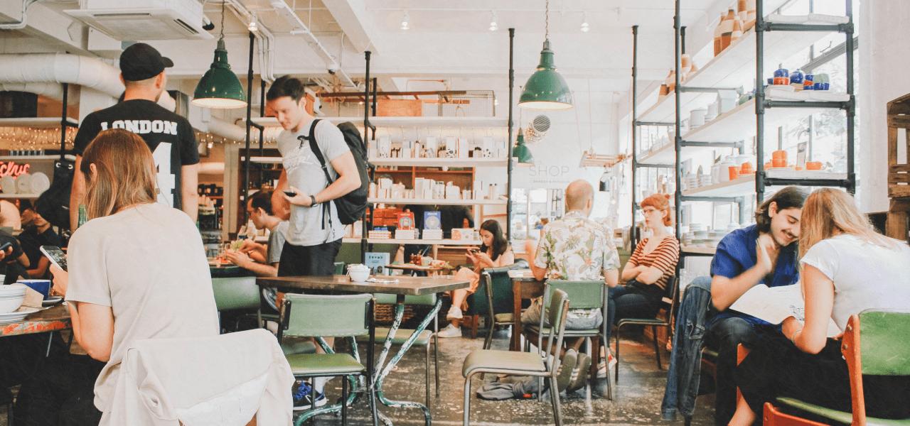 海外のカフェに集まる留学生